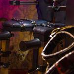 Chaise de bondage et roue en cuir